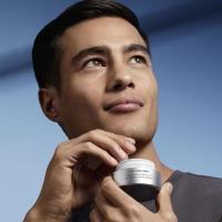 Shiseido Men Total Revitalizer krema za lice 50ml namenjena je povećanju barijere muške kože i otpornosti na pojavu finih linija i bora. Za energetski osveženu i čvršću kožu lica.  Shiseido Men Total Revitalizer krema za lice 50ml je izuzetno efikasna krema protiv starenja kože, a učvršćuje kožu i poboljšava njen tonus. Ova hidratantna krema visokih performansi formulisana je s morskim proteinskim kompleksom koji pomaže izgradnji intenzivne vlažnosti i osvežava kožu lica. Koža će ostati hidrirana, sa manje hrapavosti i ljuspica. Kožni odbrambeni sistem će biti ojačan i pomoći će u sprečavanju budućih znakova starenja, poput prevoja i bora.  Shiseido istraživanja* kod 102 muškarca potvrđuju da je 90% ispitanika reklo da se koža osećala mekano odmah nakon nanošenja kreme na lice. Krema se nanosi na lice ujutru i uveče nakon pranja, čišćenja i brijanja.  Posetite Apothecary sajt, jer je vreme za malo lepši život.  💪🏻 www.apothecary.rs  #shiseido #apothecaryM #srbija #beograd #novisad #niš #kragujevac #kraljevo #pančevo #subotica #kikinda #kruševac #zrenjanin #valjevo #leskovac #vranje #užice #loznica #vrnjačkabanja #šabac #sombor #sremskamitrovica #negotin #bor #zaječar #priboj #smederevo #vršac #zlatibor #kopaonik  *Izvor: Shiseido