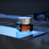 Estée Lauder Advanced Night Repair Eye Complex 15ml dramatično smanjuje izgled svih ključnih znakova starenja očiju, uključujući podbuhlost, linije i suvoću. Svetli tamne krugoveza samo 3 nedelje. Hidrira24 sata zahvaljujući snažnom pojačivaču hidratacije, uključujući hijaluronsku kiselinu. Sprečava oštećenja slobodnim radikalima osmočasovnom snagom antioksidansa - deo višeaktivne odbrambene tehnologije protiv zagađenja.  Posetite Apothecary sajt, jer je vreme za malo lepši život.  🌙 www.apothecary.rs  #esteelauder #apothecary #antiage #skincare #srbija #beograd #novisad #niš #kragujevac #kraljevo #pančevo #subotica #kikinda #kruševac #zrenjanin #valjevo #leskovac #vranje #užice #loznica #šabac #kopaonik #sombor #sremskamitrovica #priboj #bor #zaječar #zlatibor #smederevo #vršac